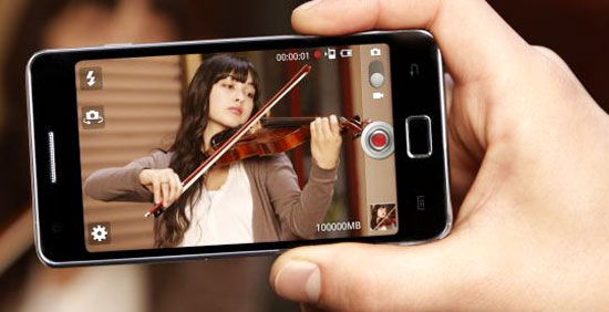 Person taking a video of a violinist with a smartphone