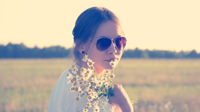 Girl in summer sunglasses flowers